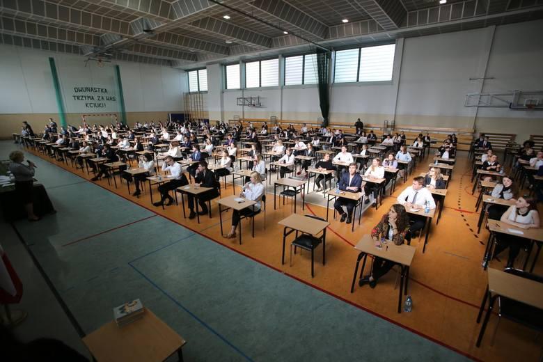 Dzisiaj maturzyści napisali egzamin z języka polskiego. U nas znajdziecie arkusze CKE i odpowiedzi do zadań z języka polskiego na maturze 2019.ARKUSZE