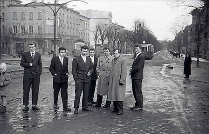 Lata 50., al. Wojska Polskiego widziana z placu dworcowego, po lewej luka w zabudowie , którą wypełni tzw. plomba – późniejsza posesja nr 25