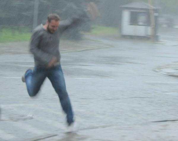 Intensywne opady deszczu sprawiły, że jezdnie zamieniły się w rwące potoki.