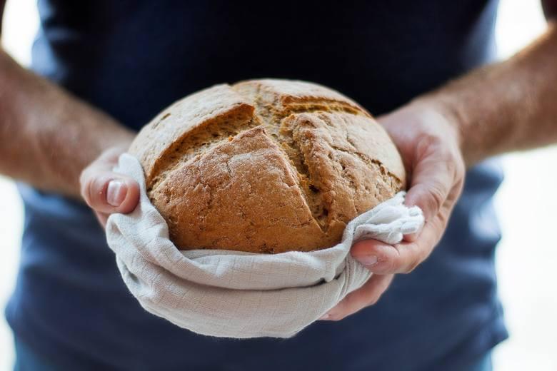 Pieczenie chleba nie jest aż tak trudne, a domowy bochenek może być znacznie zdrowszy niż ten ze sklepu. Kluczem jest wybór dobrych składników i staranne