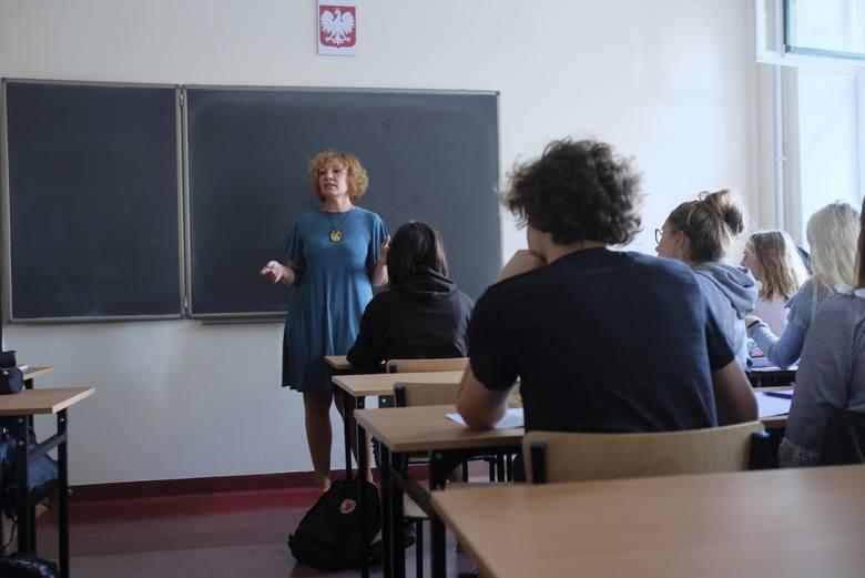 Średnie z dodatkamiMinisterstwo edukacji podaje też średnie wynagrodzenia nauczycieli po podwyżkach. Wynoszą one dla nauczyciela stażysty – 3.338 zł,