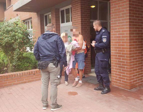 Napastnik próbował ukraść samochód 47-latka - volkswagena sharana. Jednak nie zdążył odjechać. Gdy siedział w środku (na fotelu kierowcy), do auta podszedł