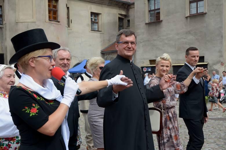 Tuż po zakończeniu Sumy Odpustowej w czwartek 15 sierpnia proboszcz Władysław Tasior zaprosił gości festynu i mieszkańców Żagania do tańca chodzonego,