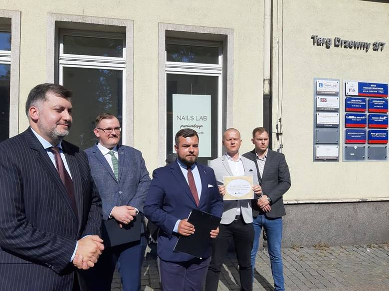 Posłowie Konfederacji przed gdańskim biurem Prawa i Sprawiedliwości