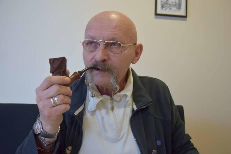 Roman Kalinowski ma również wiele gadżetów związanych ze swoją pasją, m.in. znaczki, wpinki, a u jego bransolety zwisa delikatna, srebrna fajka.