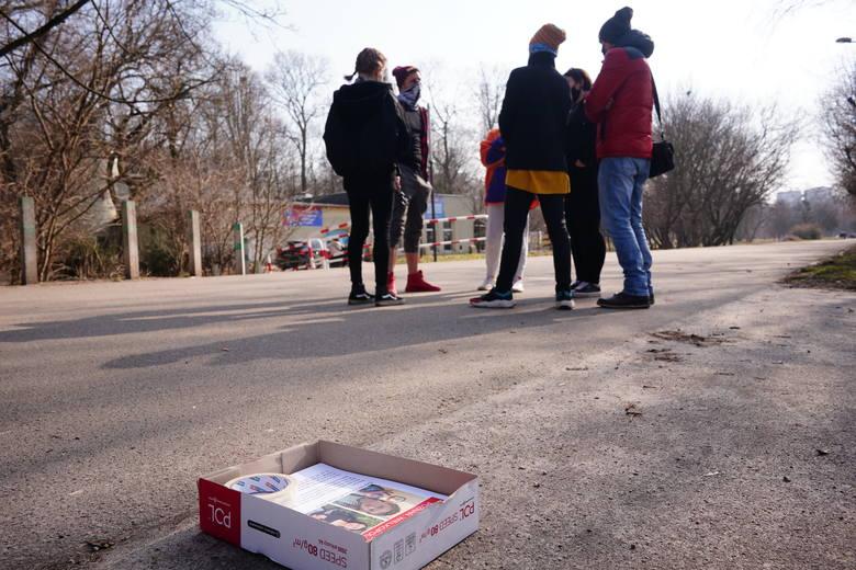 W środę, 10 marca grupa chętnych osób rozwieszała plakaty z wizerunkiem zaginionej Natalii Lick z Poznania