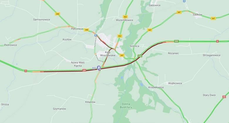 Wypadek na A4 pod Wrocławiem. Tir wbił się w drugiego. Kabina zmiażdżona, w środku kierowca. Autostrada zablokowana, ogromny korek [ZDJĘCIA]