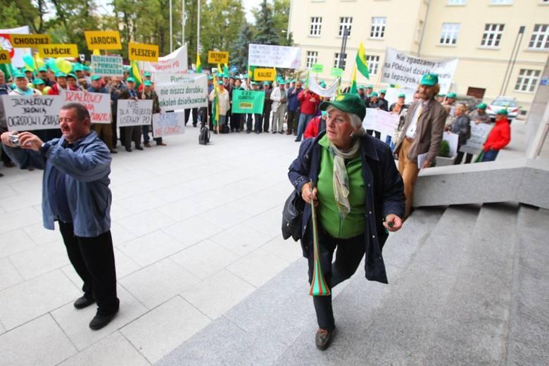 Działkowcy protestowali pod Urzędem Wojewódzkim w Poznaniu [ZDJĘCIA]