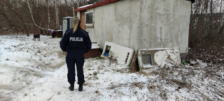 Policjantki opiekują się ubogimi zamieszkującymi starą przyczepę cempingową