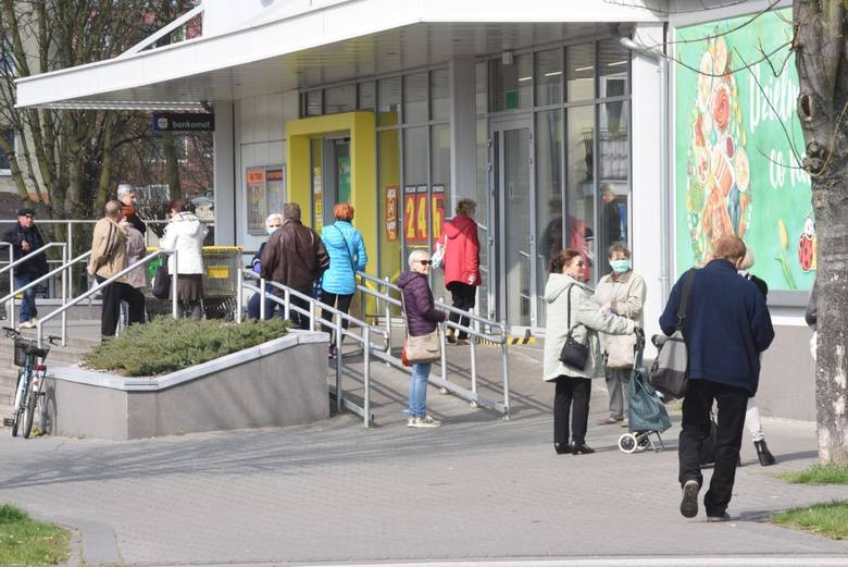 W placówkach handlowych i innych miejscach wielkopowierzchniowych jak np. poczta, targ, obowiązywać będzie zasada 1 osoby na 15 metrów kwadratowych w