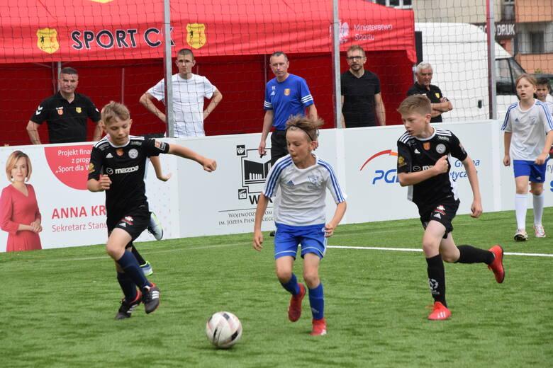W środę na boisku przy Wojewódzkim Domu Kultury drużyny z rocznika 2010 rywalizują w trzeciej edycji turnieju piłkarskiego Piątki na Rynku Sport CK.