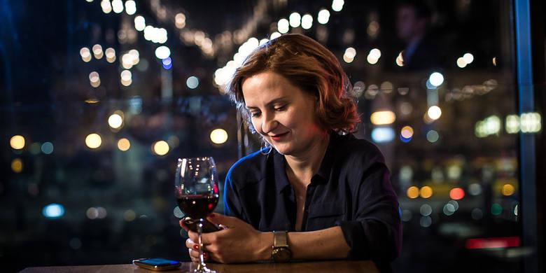 """""""Warsaw by night""""Opowieść o czterech kobietach w różnym wieku. Helena, Iga, Maja, Renata - poszukując bliskości przemierzają Warszawę."""