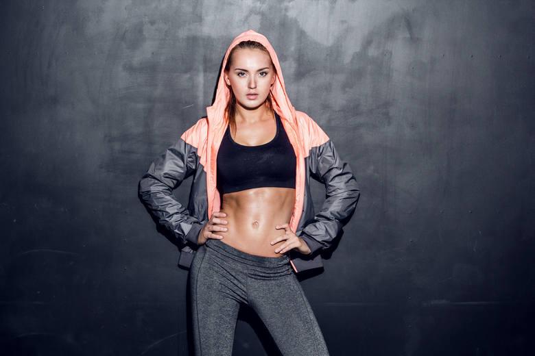 Płaski brzuch to nie tylko zasługa dobrej diety – niezbędna jest też odpowiednia stymulacja mięśni tułowia. Polecamy TOP 10 ćwiczeń na płaski brzuch,