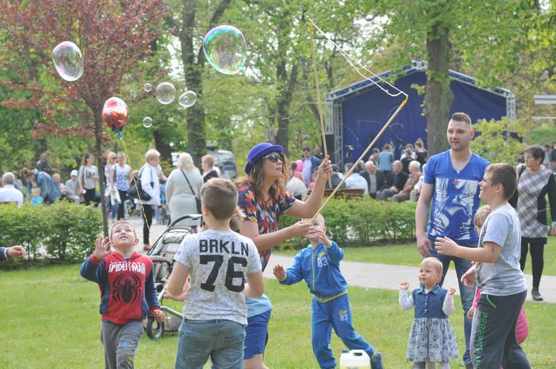 - Jest super. Takie imprezy powinny być organizowane w naszym mieście częściej - mówili mieszkańcy, których spotkaliśmy 3 maja a Parku Miejskim w Kostrzynie.