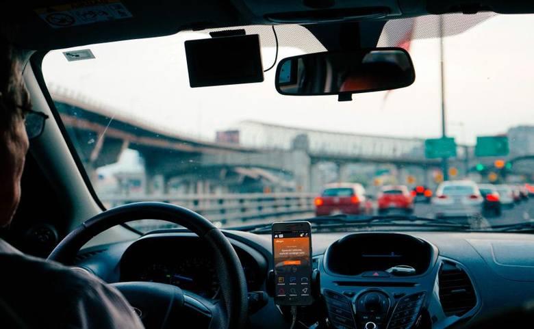 Liczba samochodów w Toruniu rośnie z roku na rok. Sprawdzamy, jakie marki wybierają torunianie oraz jaki jest wiek pojazdów poruszających się po naszych