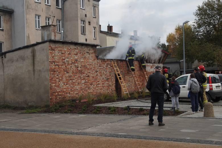 Trzy zastępy Państwowej Straży Pożarnej walczyły z pożarem komórek gospodarczych przy ulicy Długiej.Około godziny 14 w czwartek mieszkańcy zauważyli