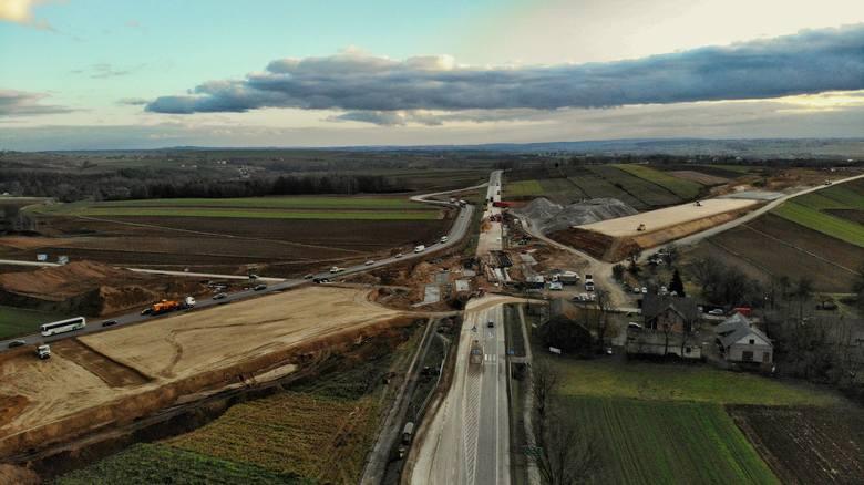 Budowa S7 na północ od Krakowa. Widać pierwsze efekty [ZDJĘCIA Z DRONA]