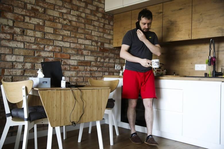 """Praca zdalna: inspektorzy zaczną wpadać do naszych mieszkań, by sprawdzić """"stanowiska pracy""""? Co z wypadkami w drodze z łazienki do salonu?"""