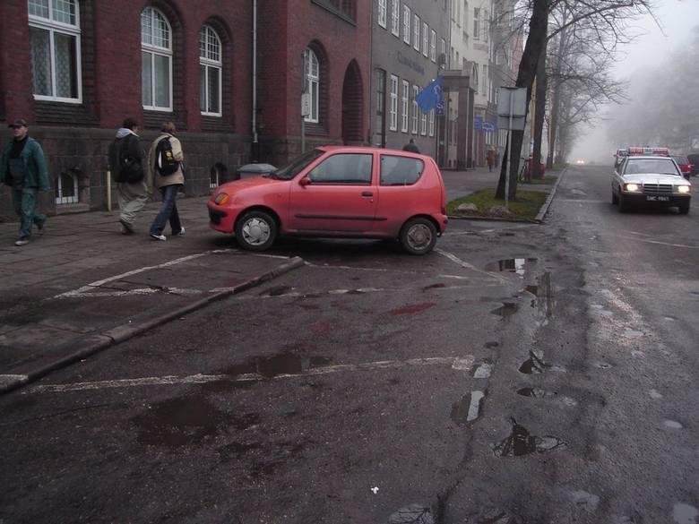 Pod oknami gabinetu prezydenta miasta kierowcy znowu narzekają na stan ulicy Czarnieckiego. To wstyd, że goście prezydenta witani są dziurami w jezd
