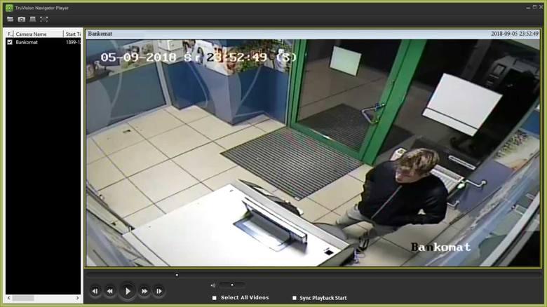 - Do tego zdarzenia doszło 6 września tego roku przy ulicy Lelewela w Toruniu. Jeżeli ktokolwiek rozpoznaje osobę na zdjęciach z monitoringu, to uprzejmie prosimy o pilny kontakt z funkcjonariuszką prowadzącą tę sprawę. Jej numer telefonu to 56 641 24 40, można się również kontaktować z...