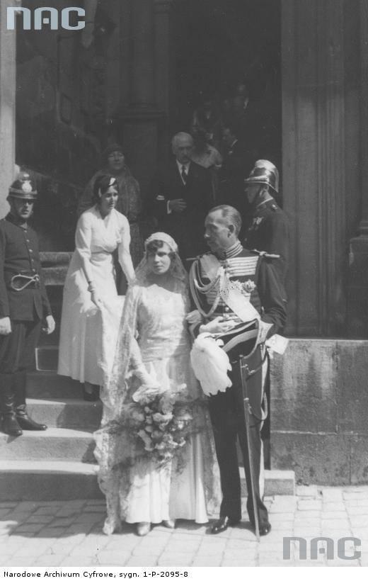 Para młoda opuszcza Katedrę Wawelską po ceremonii zaślubin.