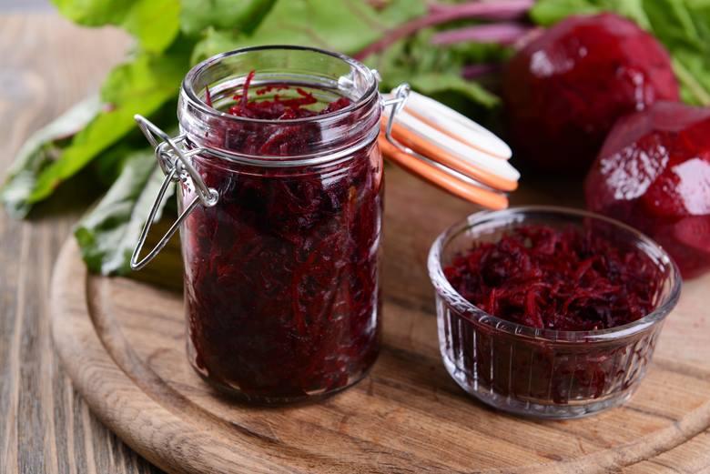 Buraki to warzywo o właściwościach leczniczych, które w diecie dr Dąbrowskiej pojawia się niemal codziennie. Oprócz picia buraczanego zakwasu dobrze