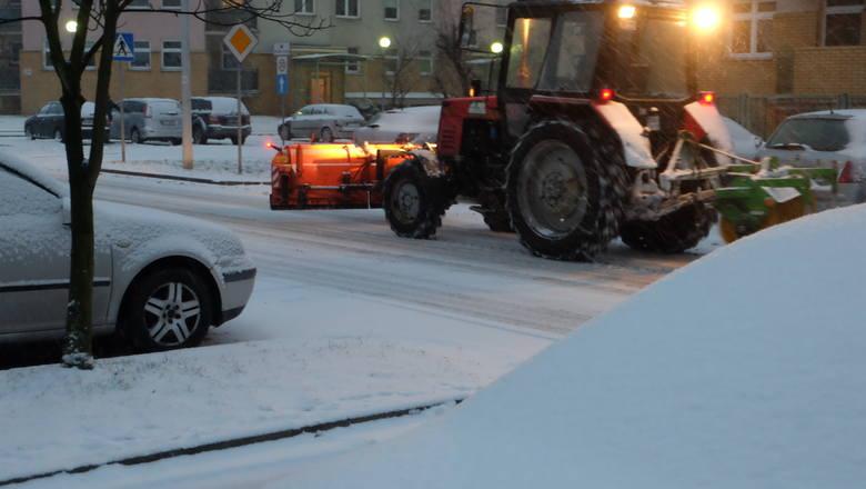 To pierwszy tak mocny opad śniegu w tym roku. Zima przyszła do Białegostoku. Będziemy monitorować sytuację na białostockich drogach. Macie zdjęcia? Gdzieś