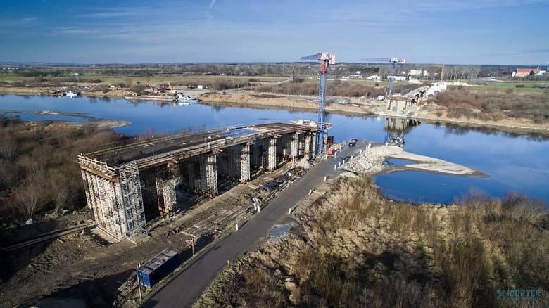 Pogoda sprzyja i budowa mostu na Wiśle w Nowym Korczynie idzie pełną parą. - Gmina Nowy Korczyn zwróciła się do marszałków województw małopolskiego i