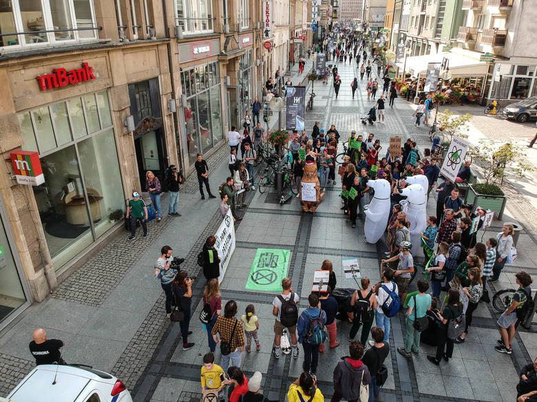 """""""Masowo wymierali"""" w centrum miasta. Dlaczego protestowali?"""