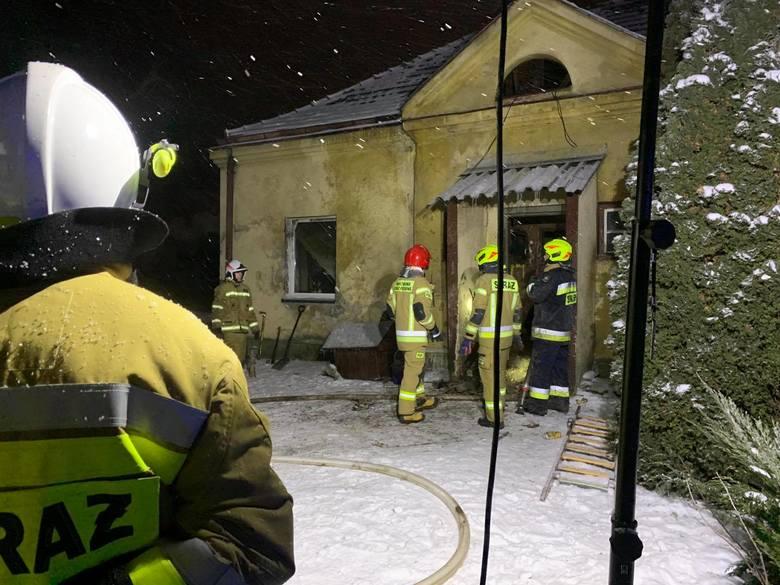 Pożar budynku wielorodzinnego w Krzeszowicach, który gasili strażacy z pięciu jednostek
