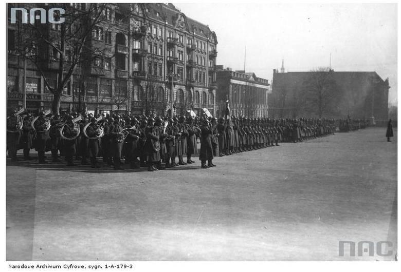 Uroczystości imieninowe Józefa Piłsudskiego na placu Wolności - 1930 rok