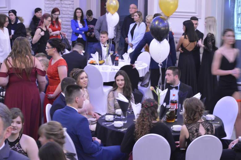 Elegancko, z klasą i... całą klasą. Tak się bawili w sobotę, 2 lutego bawili się uczniowie 3 LO z ul. Warszawskiej. Impreza odbyła się w hotelu Fado.POLECAMY
