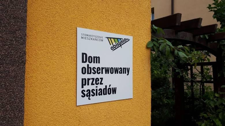 Poznań: Te domy są obserwowane przez sąsiadów. Mieszkańcy osiedla Abisynia stworzyli ostrzegawcze tabliczki