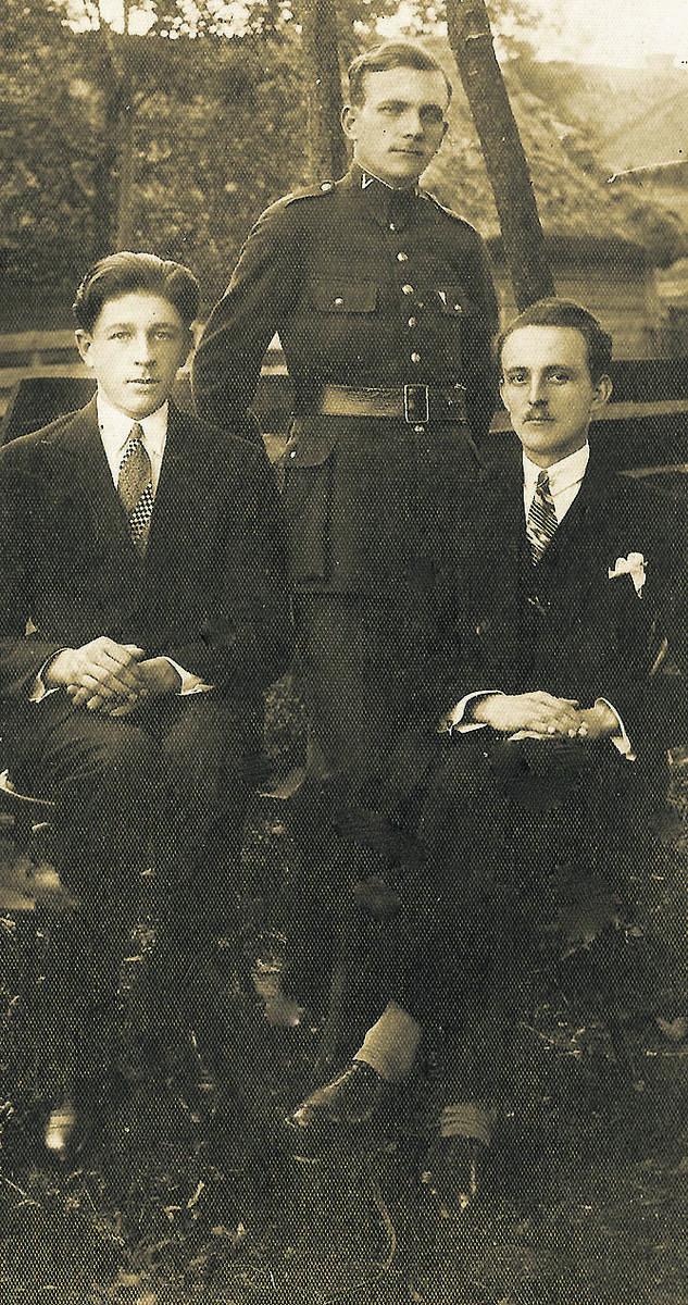 Mieszkańcy Międzyrzeca Koreckiego, rok 1931. Stoi Jan Jamróz (1905-1989) - legionista, z zawodu krawiec, komendant Strzelca, ojciec Juliana Jamroza. Siedzą Jan Lejzor (z prawej) i Franciszek Nawracaj. Wszystkie fotografie ze zbiorów Juliana Jamroza z Brzegu.