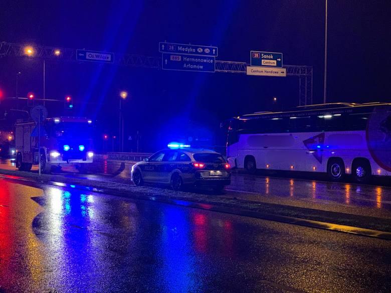 Nocna gołoledź zaskoczyła drogowców, a kierującym utrudniała jazdę szczególnie na mostach i wiaduktach. W sobotę po godz. 4 kierujący autokarem relacji