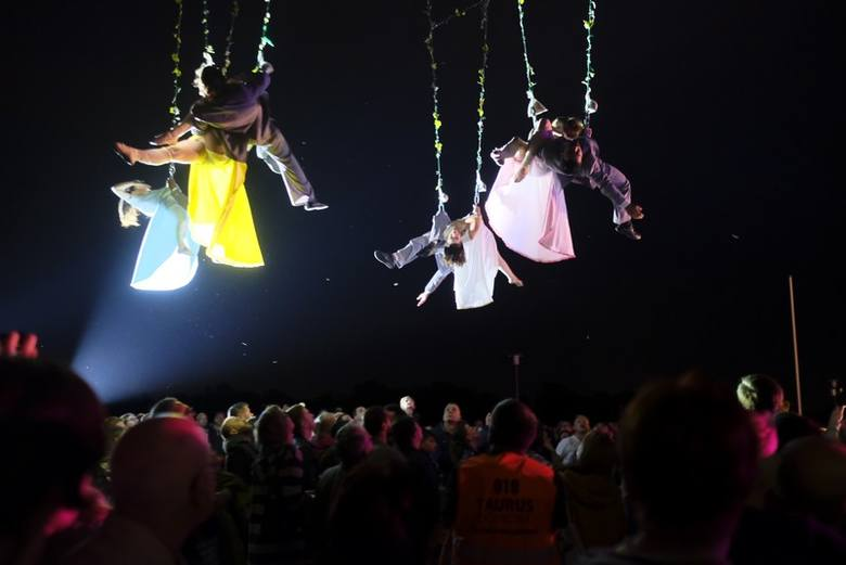 """Wczoraj na Błoniach Nadwiślańskich wystąpiła hiszpańska trupa """"Voala Company"""". Podniebnym akrobacjom artystów towarzyszyła muzyka na żywo. Popisy akrobatów"""