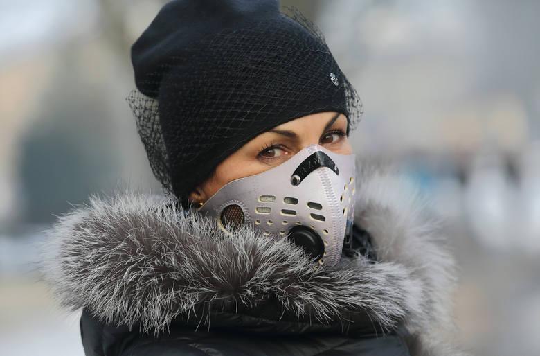 Lekarze zalecają ograniczyć spacery i wysiłek na wolnym powietrzu. Smog prawdopodobnie będzie wisiał na Opolszczyzną cały dzień.