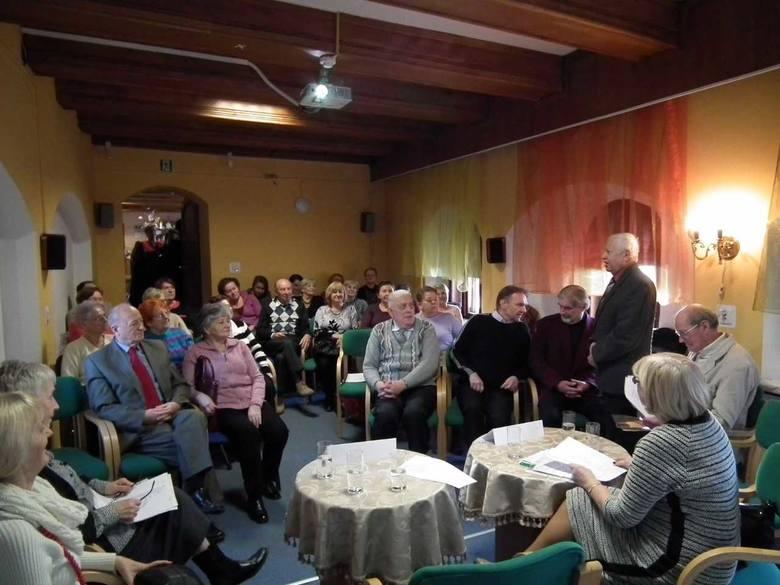 Seniorzy, słuchacze UTW, prezentują swoją poezję szerszemu gronu. Na zdjęciu jedno z takich spotkań w Książnicy Stargardzki