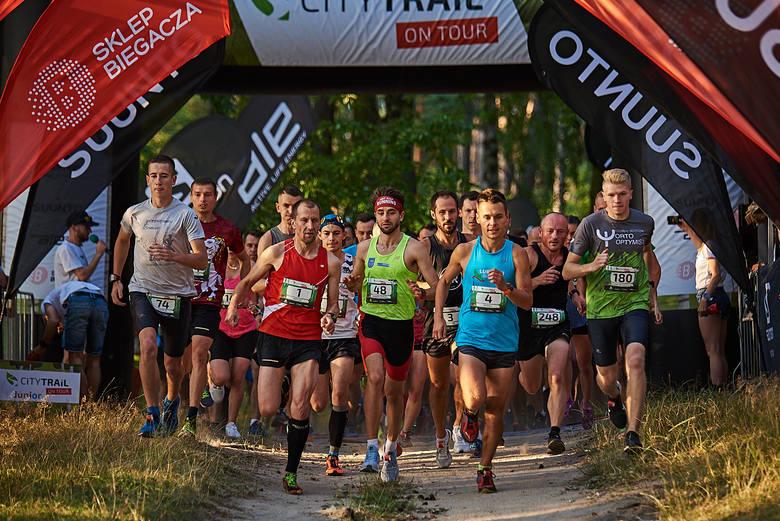 Biegacze rywalizowali w zawodach City Trail On Tour nad Zalewem Zemborzyckim. Zobacz zdjęcia