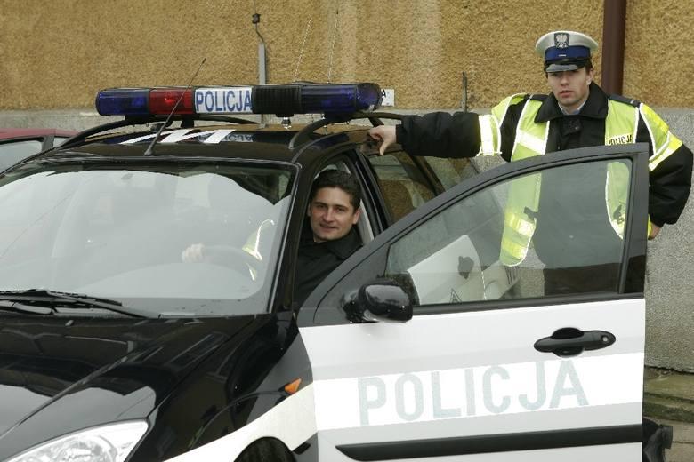 Na zdjęciu sierżant sztabowy Tomasz Michałowski (za kierownicą) i starszy posterunkowy Dariusz Konopacki. Cieszą się z nowych aut.