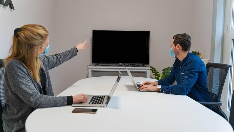 Czy firmy widzą sens w inwestowaniu w pracowników? Jak wielu pracodawców finansuje rozwój kompetencji swojego personelu?  Przekonaj się, na co stawiają