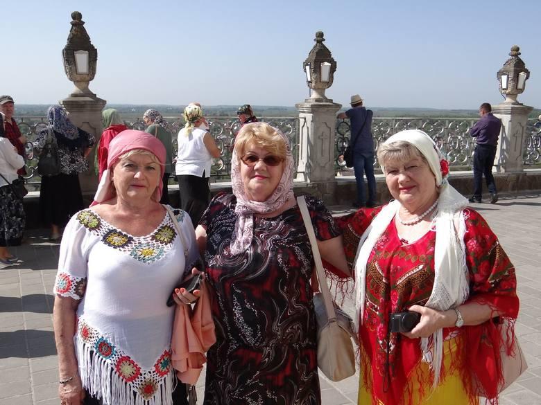"""Poczajów, zwany """"ruską Częstochową"""". Kobiety mogły wejść na teren bazyliki jedynie w okryciach na głowie oraz w długich spódnicach"""