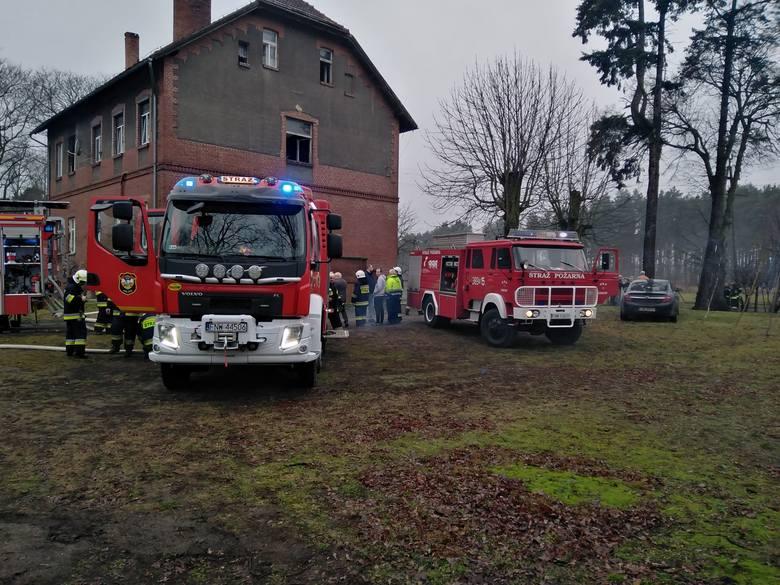 Sześć jednostek straży pożarnej przyjechało do pożaru, który w poniedziałek rano wybuchł w budynku wielorodzinnym w Konotopie, w gminie Kolsko. Jedna