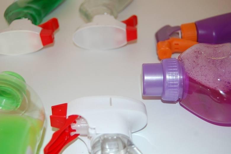 Środki czystości Najczęściej zawierają amoniak, który związany jest z uszkodzeniami wątroby i nerek. Wybielacze to silne utleniacze, które mogą uszkodzić
