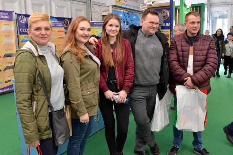 W piątek w Kielcach rozpoczęły się największe targi rolnicze w kraju. Na Agrotech pierwszego dnia przyjechały tysiące osób - młodzieży, grup zorganizowanych