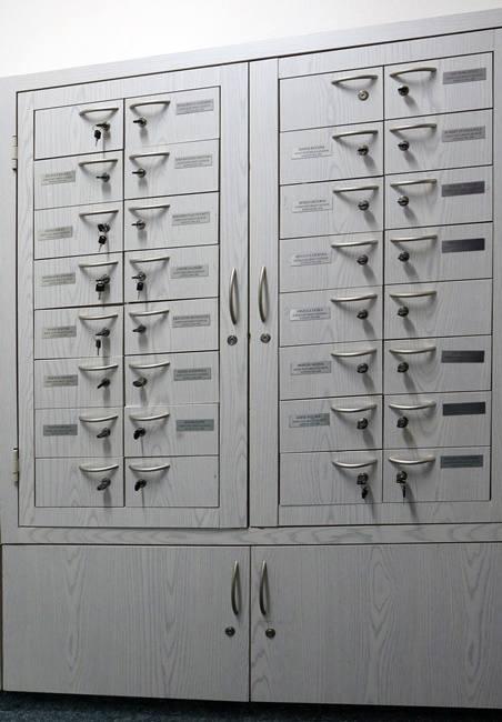 W pokoju radnych każdy z nich ma swoją szafkę. Trafiają tu zaproszenia i korespondencja skierowana do konkretnej osoby. Radni mają swoje klucze i mogą sprawdzić, co na nich czeka.
