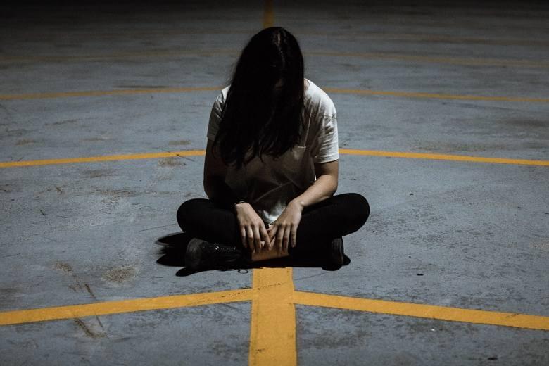 Zwolnienie z pracy może być traumatycznym przeżyciem. Nagle wszystkie pytania o pracę wywołują rozdrażnienie lub panikę. A w niektórych przypadkach zostanie