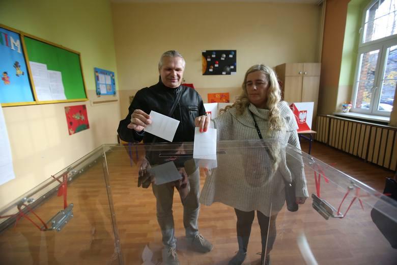 Druga tura głosowania potrwa do godz. 21. Zobacz najnowsze dane dotyczące głosowania. Do urn wyborczych idą mieszkańcy tych miejscowości, w których dwa