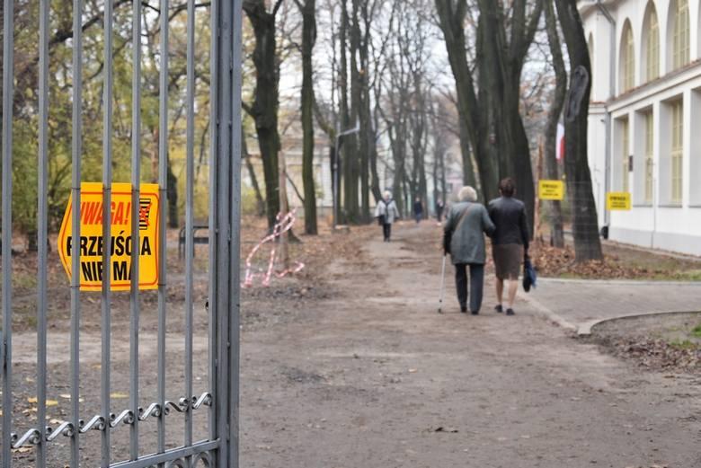 Przez park niby przejścia nie ma... W rzeczywistości przechodzi przezeń kto chce.