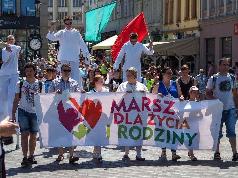 """W Bydgoszczy zorganizowano ósmy Marsz dla Życia i Rodziny. W tym roku hasło bydgoskiego marszu brzmiało """"Wiara+Nadzieja+Miłość=Rodzina""""."""
